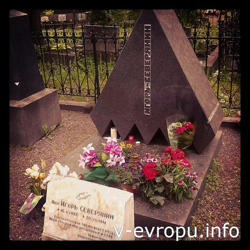 Всегда много цветов на могиле Игоря Северянина на кладбище Александра Невского в Таллине