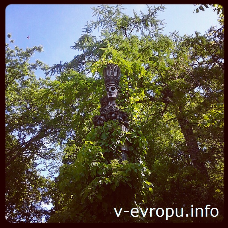 Скульптура индейца среди зелени Ботанического сада Тарту