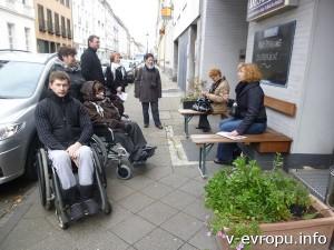 На улицах Дюссельдорфа можно просто уютно посидеть в приятной компании