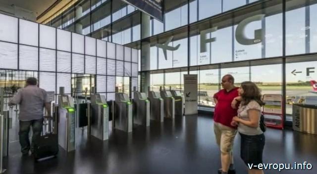 Туристы в аэропорту Швехат