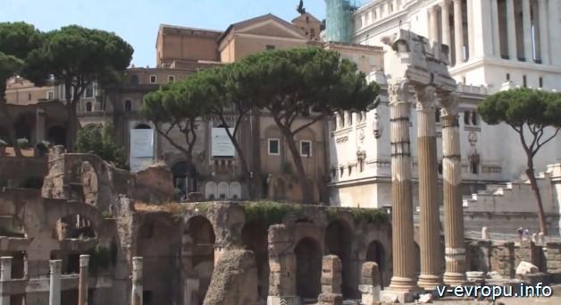 Рим. Древние руины в центре города