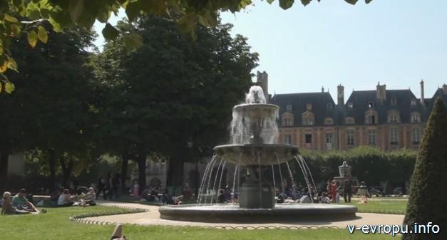 Фонтан на площади Вогезов в Париже