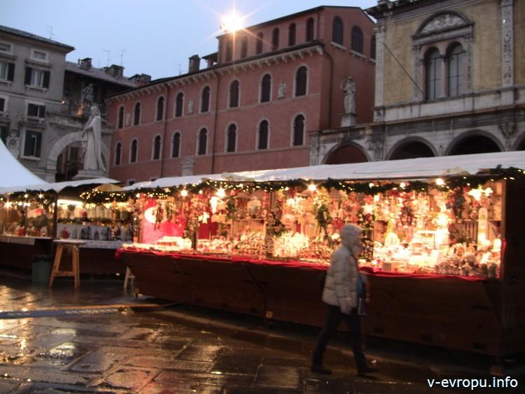 Рождественский рынок во Флоренции вечером