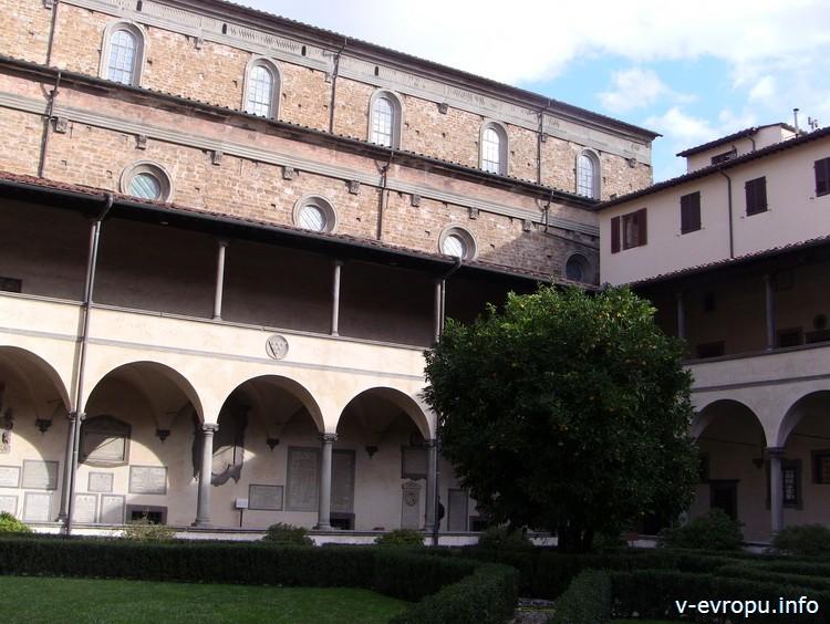 Флоренция. Внутренний двор церкви Сан Лоренцо