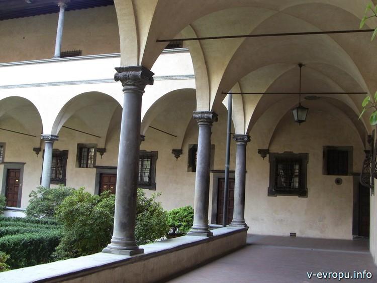 Флоренция. Лоджия внутреннего двора базилики Сан Лоренцо