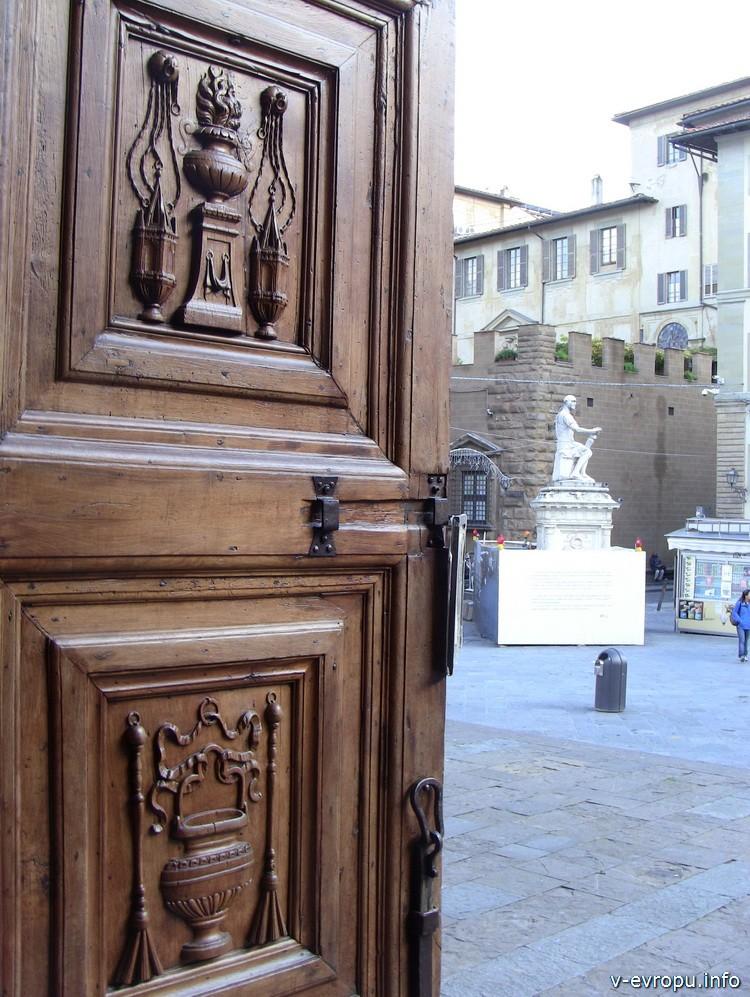 Флоренция. Входная дверь в церковь Сан Лоренцо