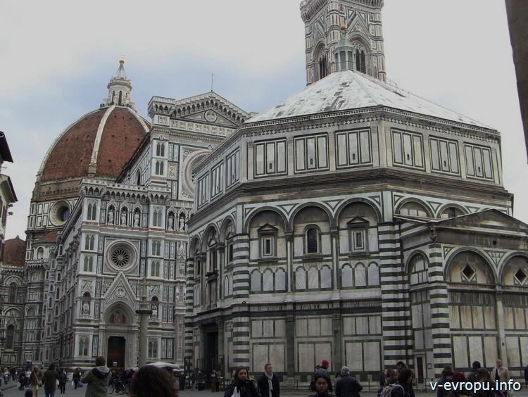 На пьяцца Дуомо во Флоренции зимой