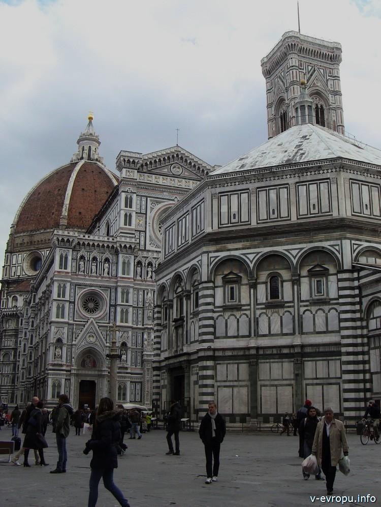 Флоренция. На заднем плане: купол Брунеллески, далее частично фасад базилики Санта Мария дель Фиоре и верхний ярус Колокольни Джотто; на переднем плане Бабсистерий