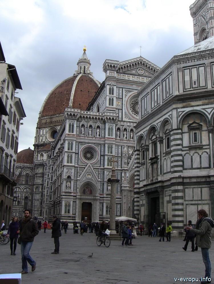 Флоренция. На заднем плане: купол Брунеллески, далее частично фасад базилики Санта Мария дель Фиоре и часть Бабсистерия