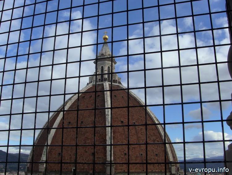 Вид на купол собора Santa Maria del Fiore из окна кампанилы