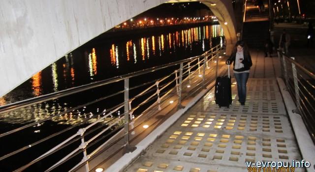 Бильбао_стеклянный мост вечером