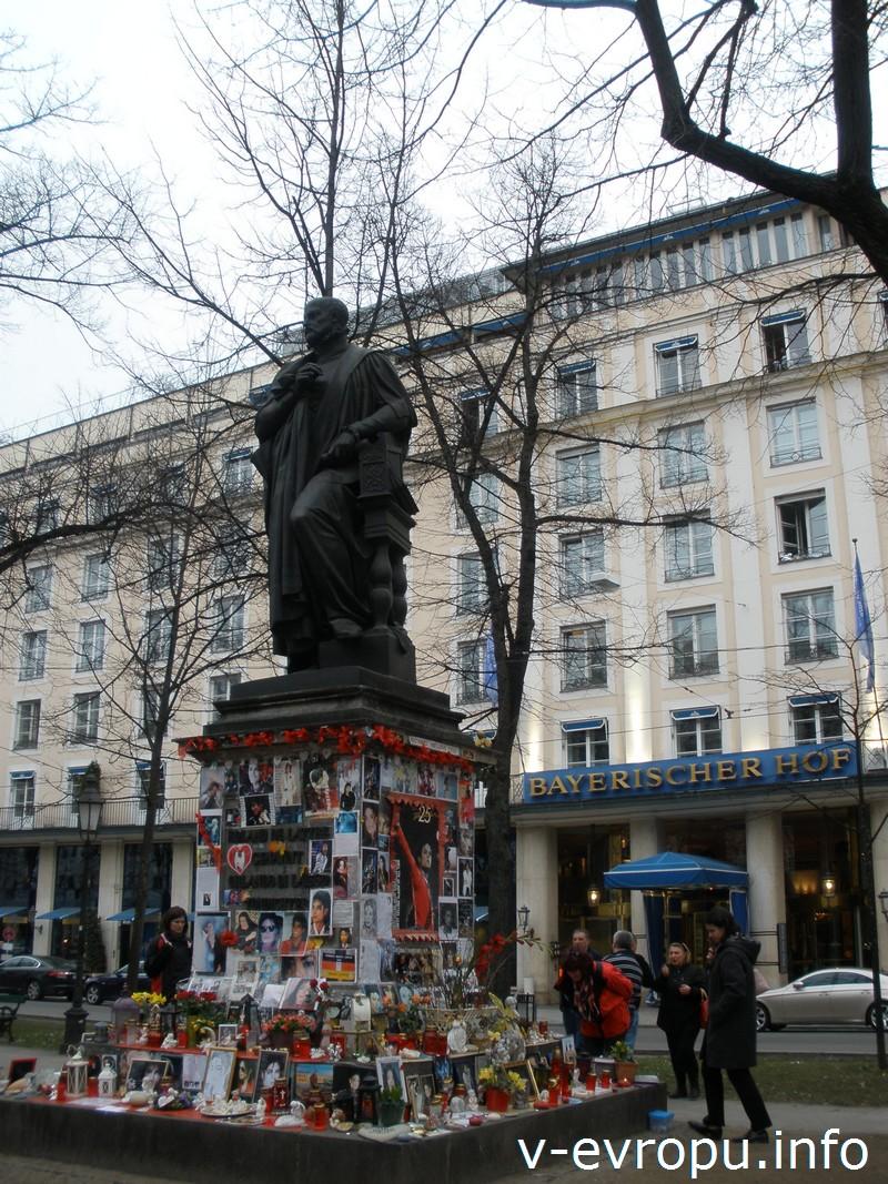 Памятник Орландо ди Лассо и мемориал Майкла Джексона в Мюнхене