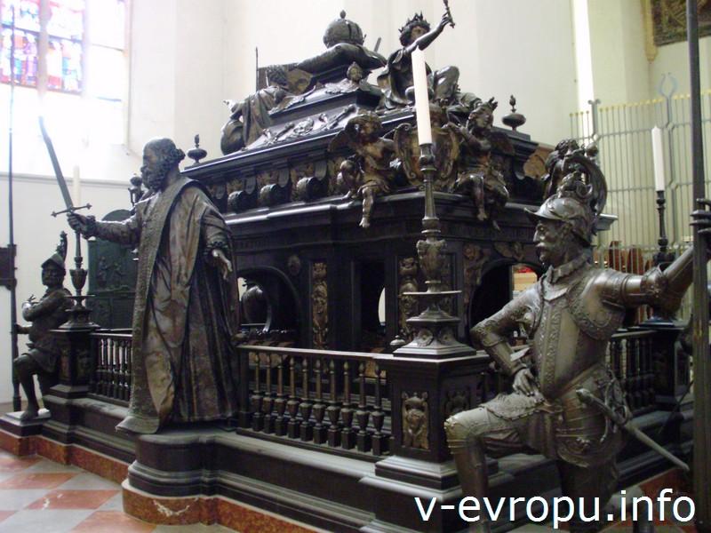Могила императора Священной Римской империи Людвига Баварского во Фрауэенкирхе в Мюнхене