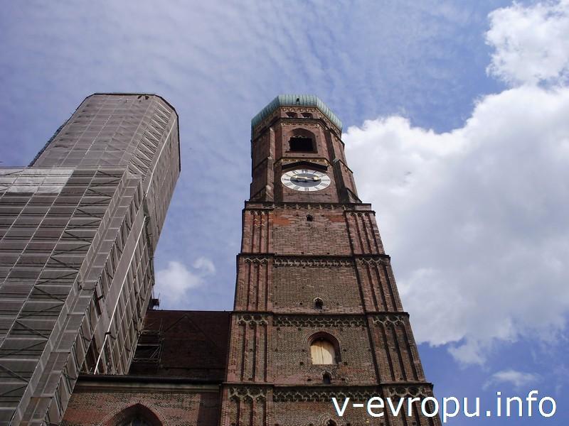 Башни с куполами-луковичками Фрауэнкирхе в Мюнхене