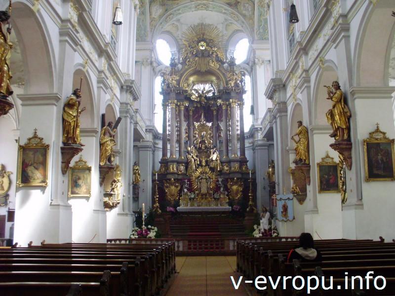 Алтарь со статуей Св. Петра в церкви Св. Петра в Мюнхене