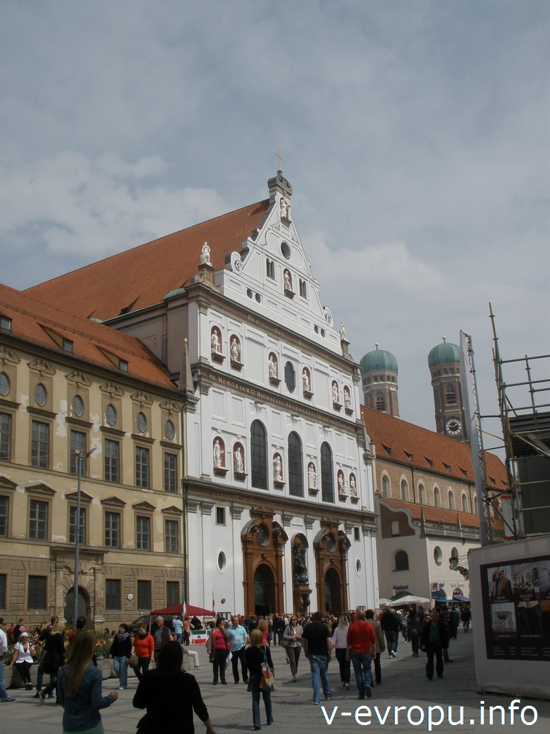 Фасад церкви Св. Михаила и башни с куполами-луковичками Фрауэнкирхе в Мюнхене