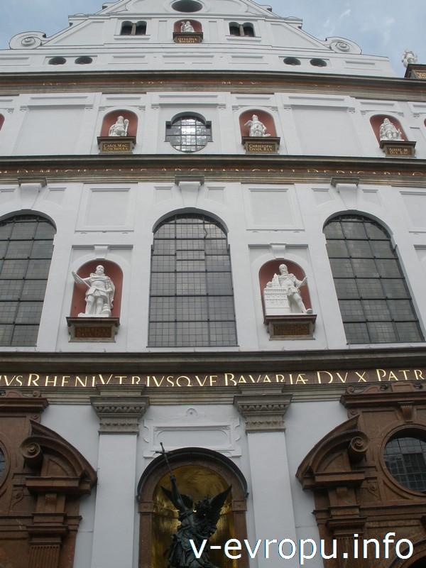 Статую Вильгельма V на фасаде церкви Св. Михаила
