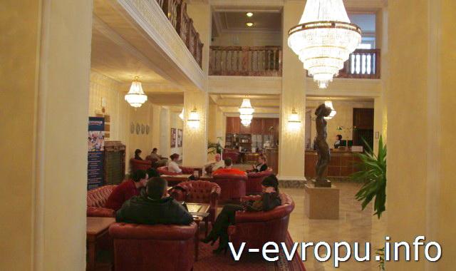 В Карловы Вары для лечения и отдыха. Холл отеля ИМПЕРИАЛ.