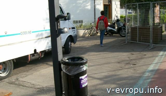 Пескара. Италия. Урна для мусора с пепельницей для сигарет