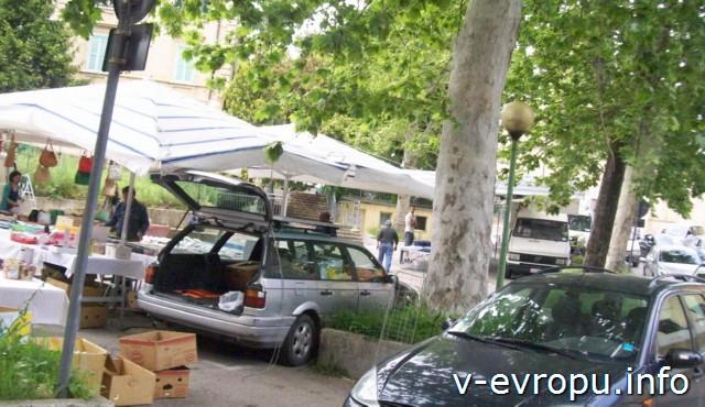 Пескара. Италия. Маленький продуктовый рынок в жилом районе