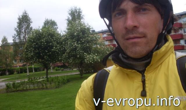 Николай-велосипедист перед походом в пиццерию в Питео
