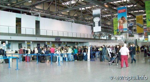 Очередь на стойку регистрации в аэропорту Дюссельдорфа Вееце