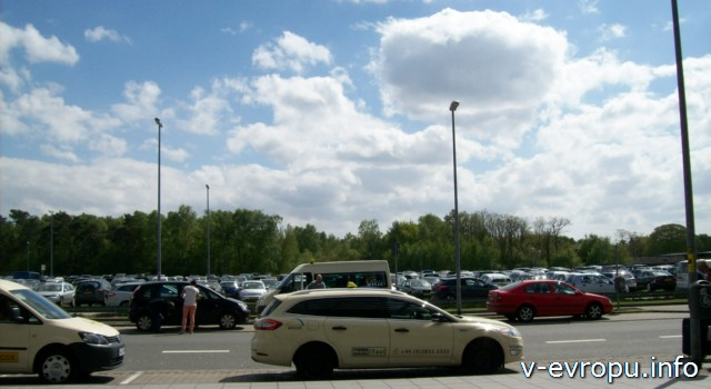 Стоянка автомобилей аэропорта Дюссельдорфа Вееце