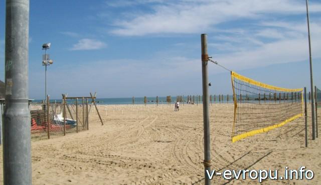 Пескара. Частный пляж. Волейбольная площадка