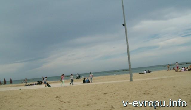 Пескара. ОБщественный пляж в мае