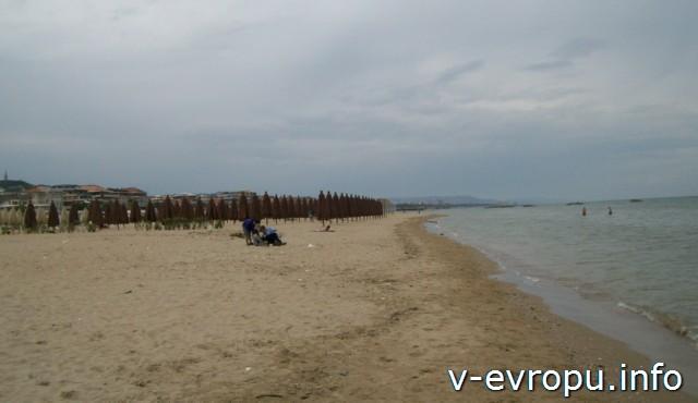Пескара. Вдалеке зонтики частного пляжа