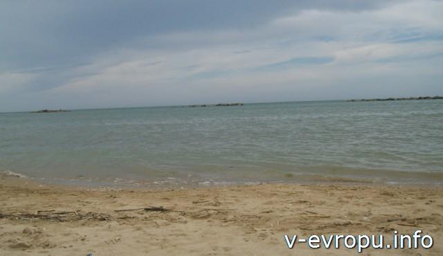 Пескара в мае. Часть общественного пляжа и море.