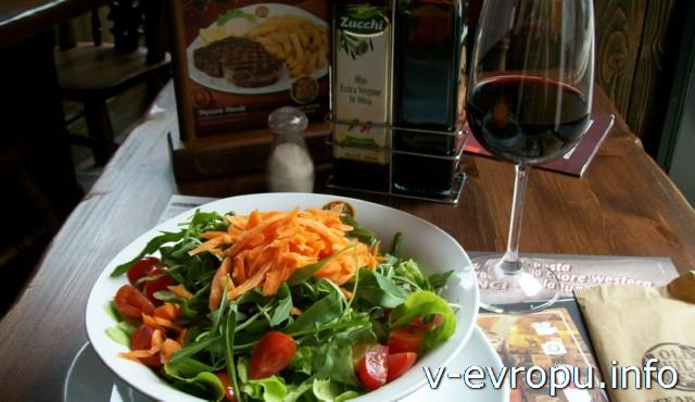 Еда в Пескаре: салат-микст+бокал вина=8 евро