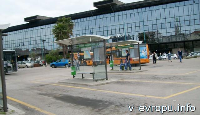 Пескара: остановка общественного транспорта у жд вокзала Пескара Стационе