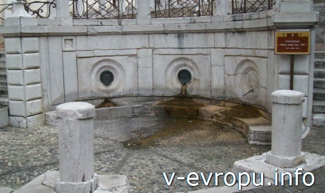 Анкона. Площадь Папы Пьяцца Плебесцито: фонтан  у подножия лестницы архитектора Пьетро Зара 19 в