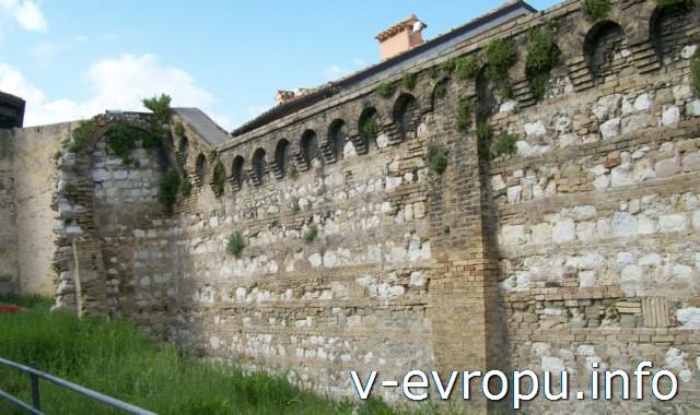 Достопримечательности Анконы: стена, окружавшая римские термы