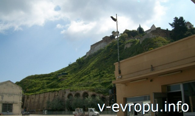Анкона: Триумфальная Арка Траяна. Фото. Вид на холм Гуаско