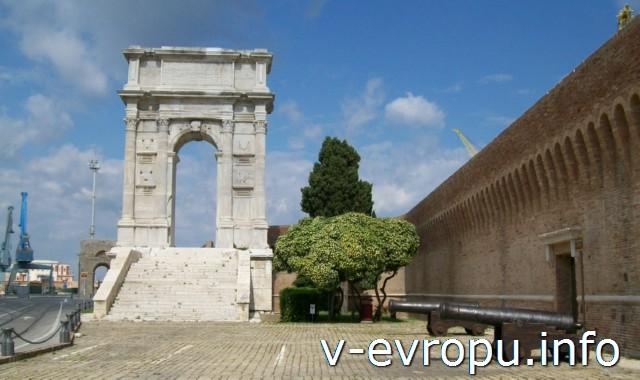 Анкона: Триумфальная Арка Траяна. Фото из путешествия по Италии