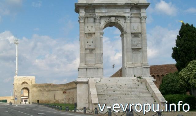 Анкона. Мраморная Анка Траяна 114 г до н.э. и кирпичная арка в честь Папы Кримента 7-го начала 18 века