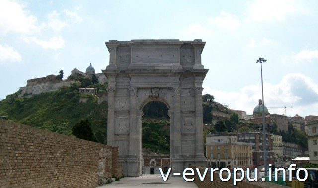 Триумфальная арка Траяна в Анконе с видом на холм Гуаско