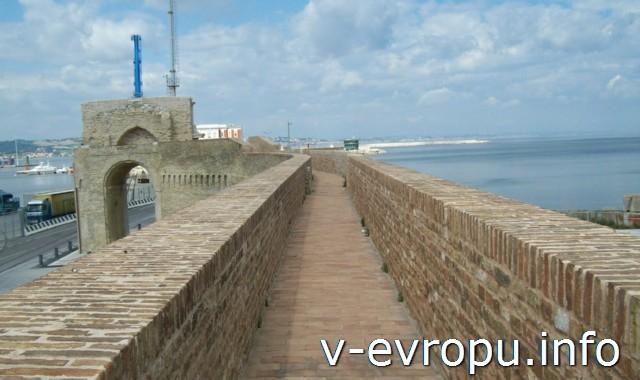 Анкона: Мурра делла Порто (портовая стена) и Арка Клементино