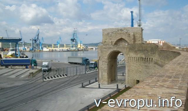 История Анконы: современный порт и арка в честь Папы Климента 7-го, воздвигнутая в 18 веке