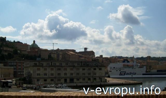 Вид на Анкону с постамента Триумфальной Арки Траяна