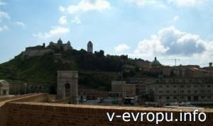 Анкона: Триумфальная Арка Траяна. Фото. Вид на Кафедральный Собор