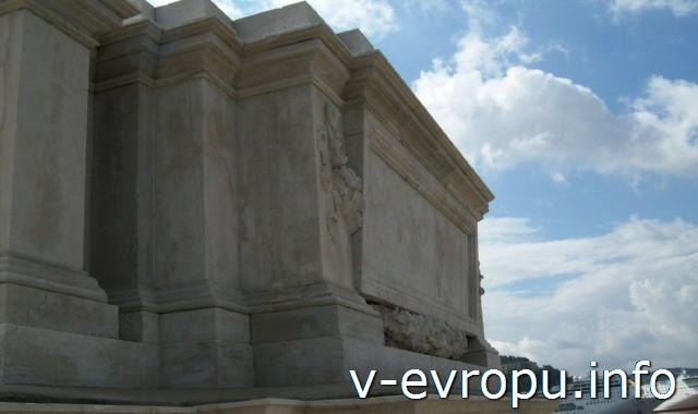 Аттик Триумфальной Арки Траяна со стороны моря