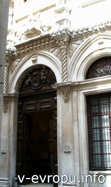 Анкона. Фото. Барочный декор дверного проема