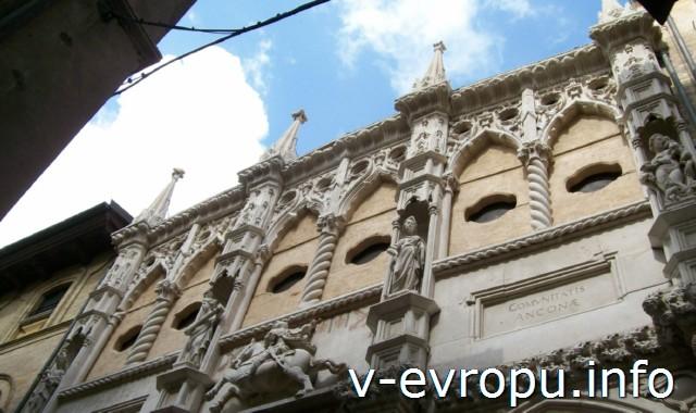 Анкона. Фото. Аркатура на барочном здании с витыми пилястрами
