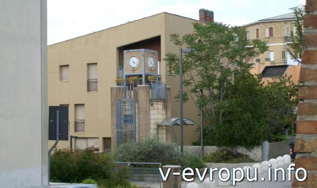 Анкона. Фото. Современный жилой дом с часовой башней