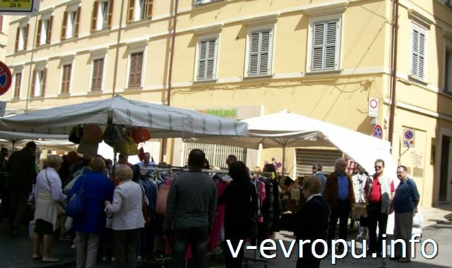 Анкона. Фото. Воскресный вещевой рынок на пьяцца Рома