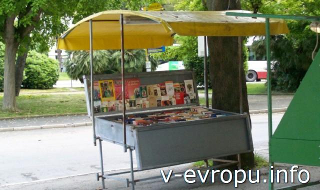 Улицы Анконы. Фото. Книжный развал на площади Кавур