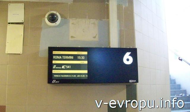 Анкона. Жд вокзал. Электронное табло при выходе на платформу через подземный переход